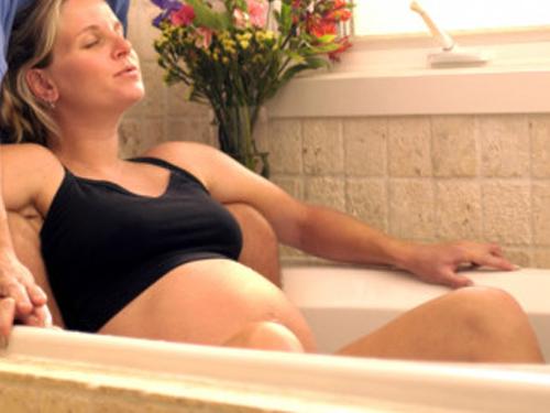 horké koupele, pobyt v sauně či páře