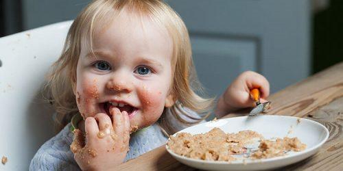 Jak se dítě naučí jíst samo?