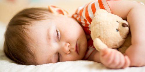 Kolik hodin má dítě denně spát?
