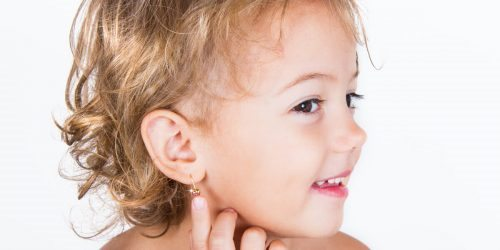 Lékařka radí - jak na propichování oušek u dívek